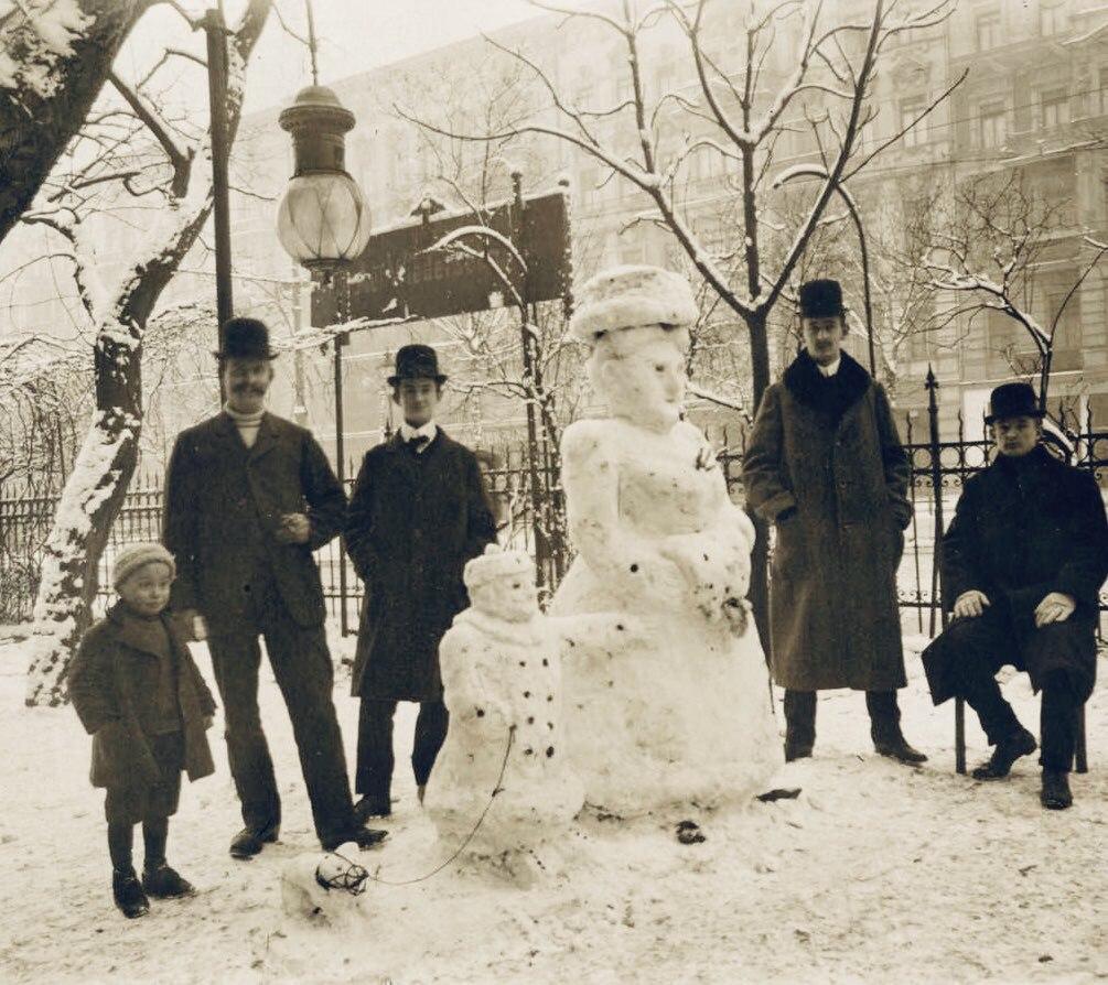 Снеговики в форме королевы Нидерландов Вильгельмины, ее дочери Юлианы и...