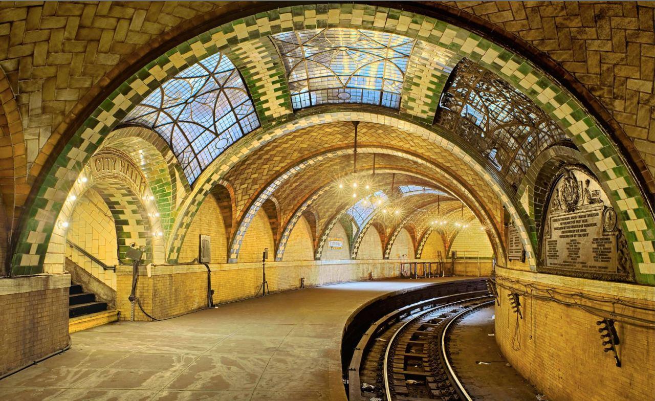 1-krasivaya-zakrytaya-stanciya-nyyu-yorkskogo-metro-polukrugom-2-stanciya