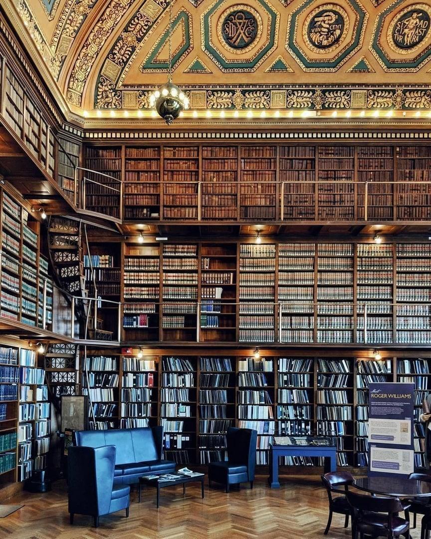 Атмосферный и роскошный читальный зал библиотеки штата Род-Айленд.