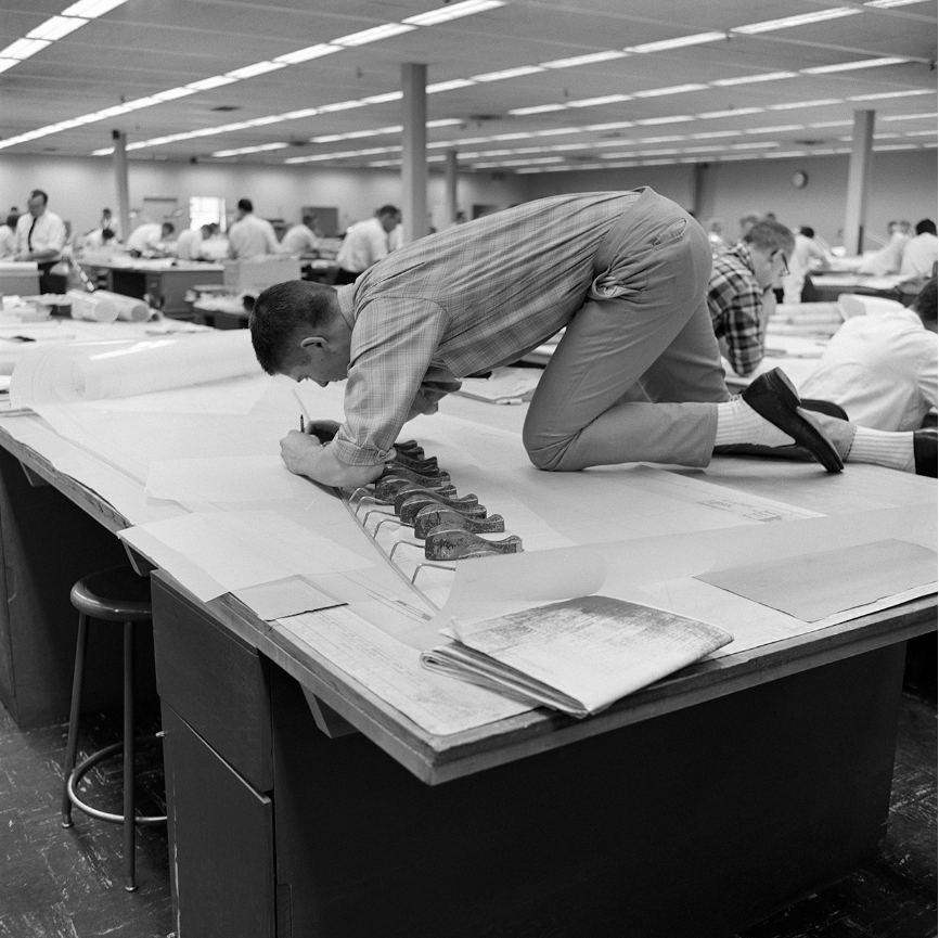 Разглядывая книгу по истории компьютерной графики и залипнув на фото инженера...