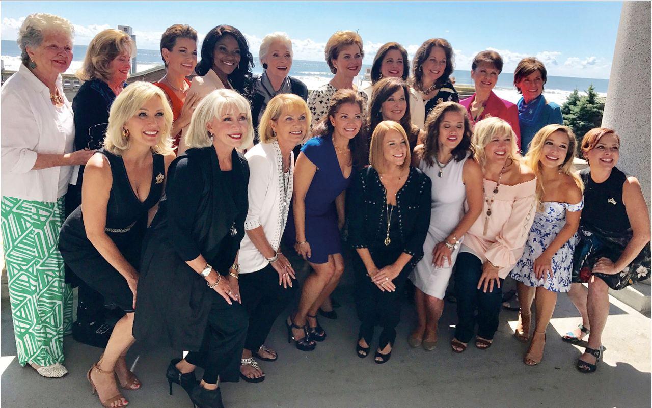 Коллективное фото ряда бывших Мисс (стареем красиво?). Также в последние годы...