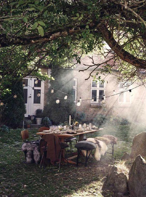 качнулась тень от старой вишни  на каменном крыльце у дома,  и в тихом утре...